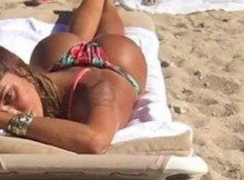 Belen, la foto del lato-b in spiaggia fa impazzire i fan