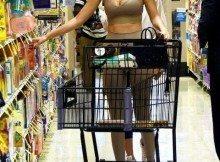 Bella Hadid, la top model al supermercato in tuta super attillata: il look è azzardato -Guarda Bella Hadid al supermercato: il look è azzardato